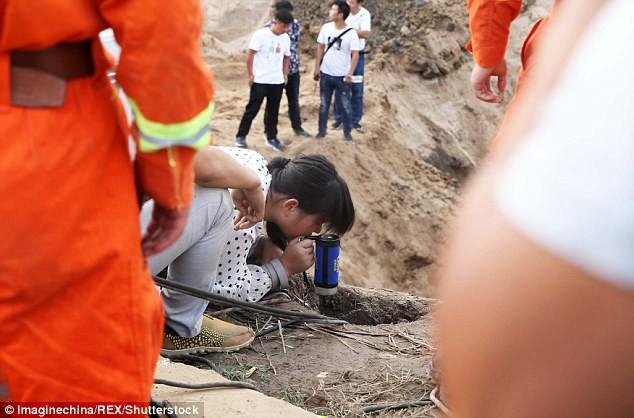 Hơn 10 xe cẩu giải cứu em bé kẹt dưới giếng sâu 45 m  - ảnh 3