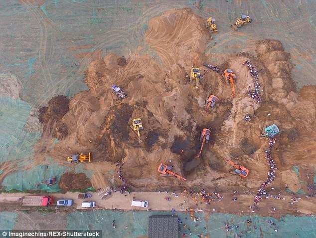Hơn 10 xe cẩu giải cứu em bé kẹt dưới giếng sâu 45 m  - ảnh 1
