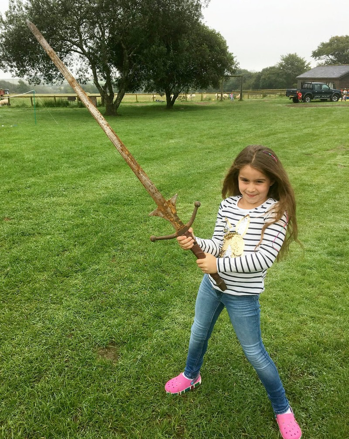 Bé 7 tuổi tìm được gươm báu của vua Arthur? - ảnh 1