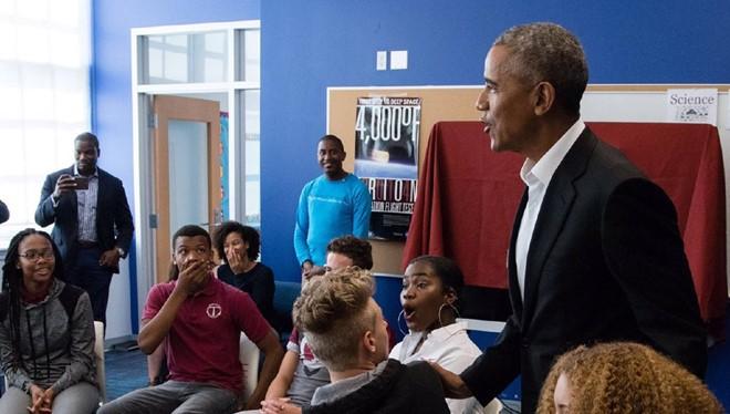 Ông Obama bất ngờ xuất hiện tại một trường học ở Mỹ - ảnh 1