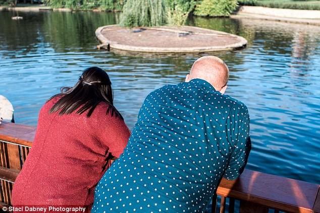 Đang cầu hôn, bỗng rớt nhẫn 4.000 USD xuống hồ - ảnh 2
