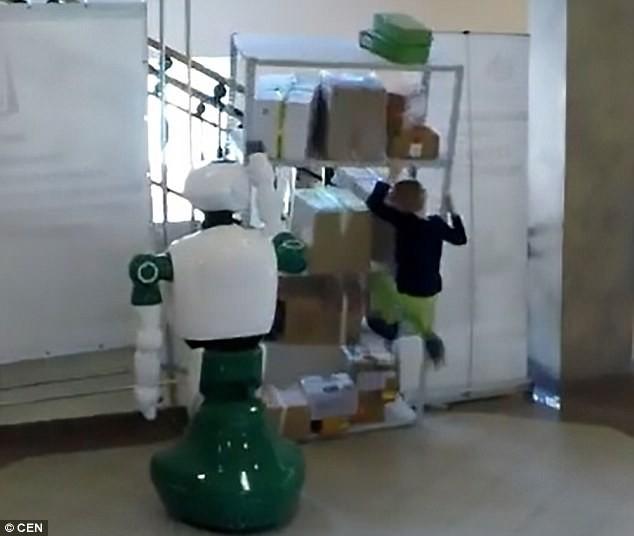 Tổng thống Putin bắt tay, trò chuyện với robot - ảnh 2