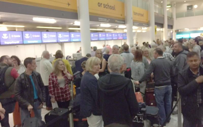 Sự cố máy tính khiến 100 sân bay náo loạn - ảnh 1
