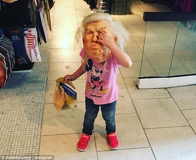 Cháu gái ông Trump mang mặt nạ ông nội dịp Halloween - ảnh 1
