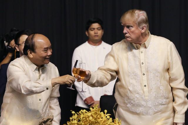 Ông Trump mặc trang phục truyền thống của Philippines - ảnh 5