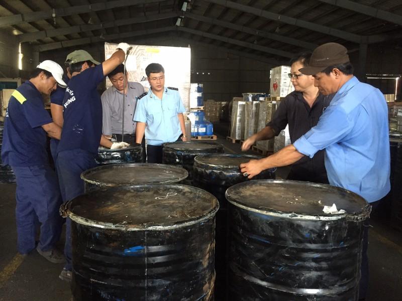 Phát hiện hơn 1.000 kg ngà voi núp trong... thùng phuy  - ảnh 1