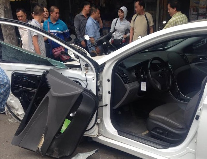 Mở cửa đột ngột, Sonata bị Ford Ranger húc tung cánh - ảnh 1