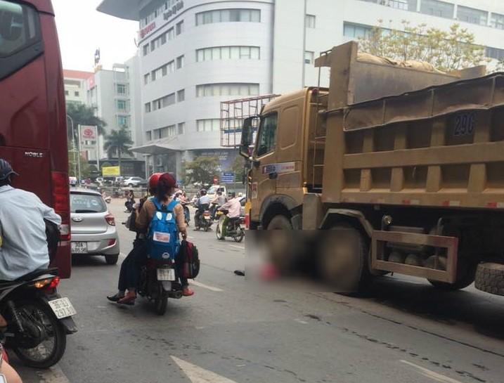 1 phụ nữ bị xe tải cán tử vong ngay trước Bến xe Mỹ Đình - ảnh 1
