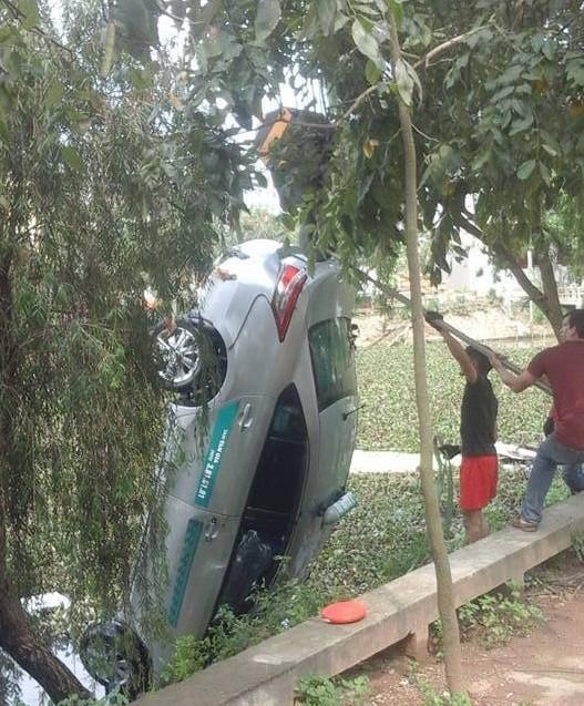 Taxi lao xuống hồ, 4 người trong xe chết thảm - ảnh 1