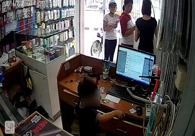 Phẫn nộ clip người phụ nữ chỉ bé trai trộm điện thoại - ảnh 1