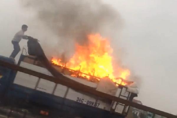Xe tải chở giày dép bốc cháy ngùn ngụt trên quốc lộ - ảnh 2