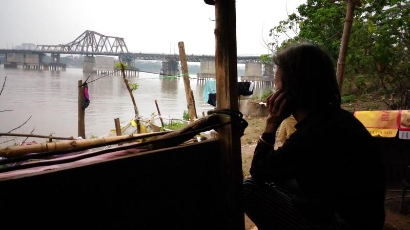Túp lều 3 m2 của cụ bà 75 tuổi dưới chân cầu Long Biên - ảnh 13
