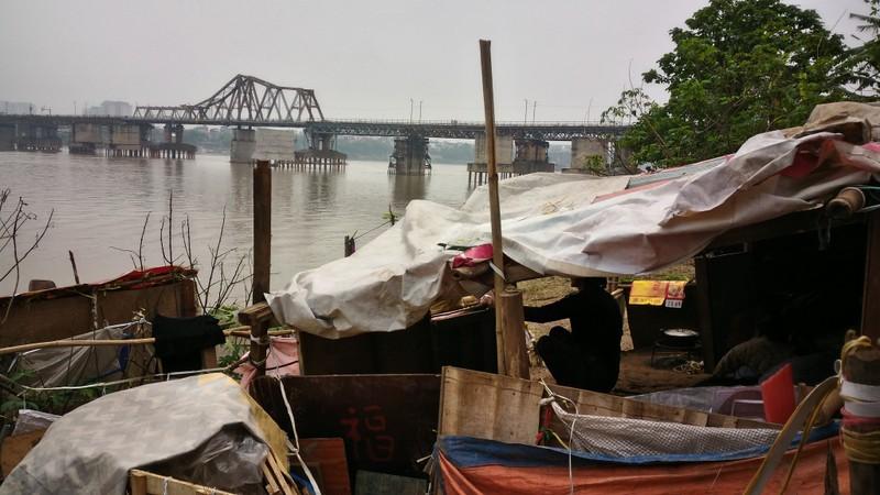 Túp lều 3 m2 của cụ bà 75 tuổi dưới chân cầu Long Biên - ảnh 2