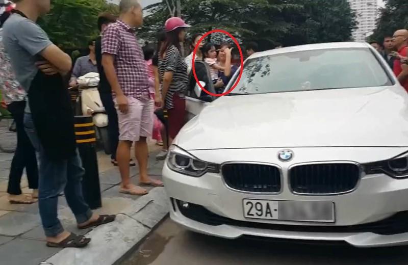 Bố dùng búa đập vỡ kính xe BMV để giải cứu con gái - ảnh 1