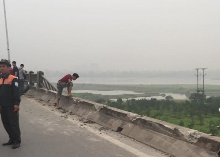 Xe tải húc văng hơn 20 m lan can cầu Vĩnh Tuy, kẹt xe hàng giờ - ảnh 1