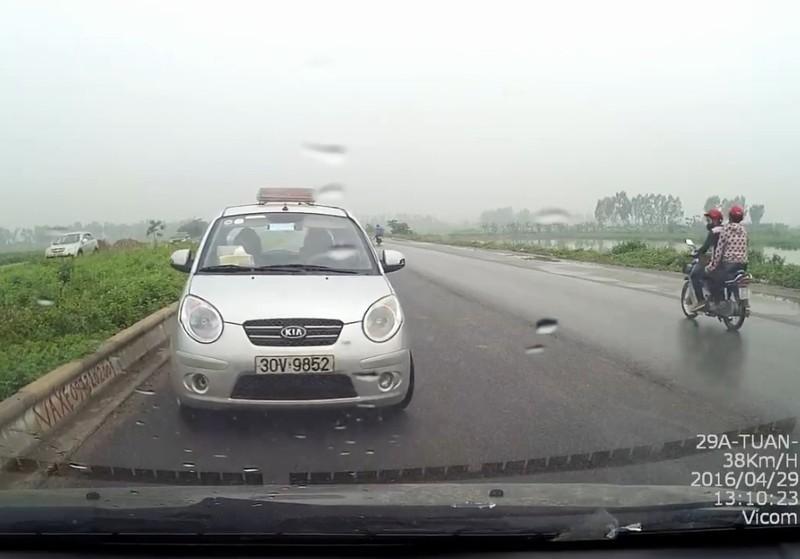 Taxi 'ngông nghênh' chạy ngược chiều, suýt gây ra tai nạn  - ảnh 1
