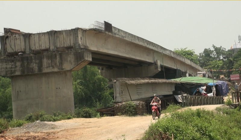 Chùm ảnh: 7 năm xây chưa xong 200 m cầu, còn đi thu phí 'lụi' - ảnh 1