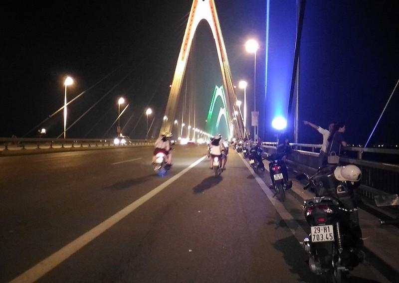 Mở 'triển lãm' xe máy trên cầu Nhật Tân để... chụp ảnh - ảnh 4