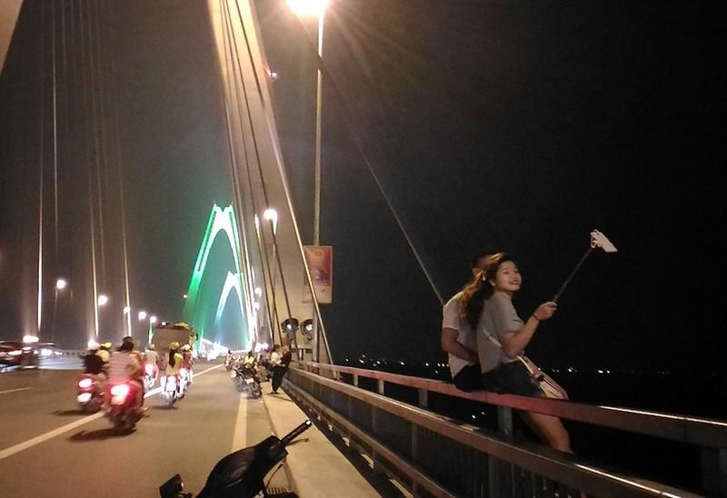 Mở 'triển lãm' xe máy trên cầu Nhật Tân để... chụp ảnh - ảnh 8