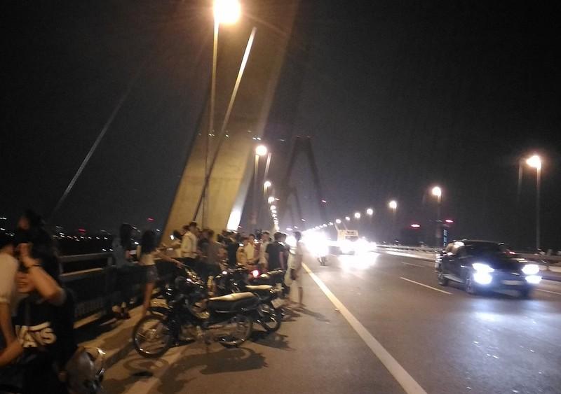 Mở 'triển lãm' xe máy trên cầu Nhật Tân để... chụp ảnh - ảnh 2