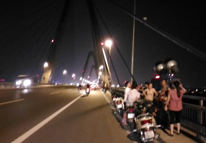 Mở 'triển lãm' xe máy trên cầu Nhật Tân để... chụp ảnh - ảnh 3
