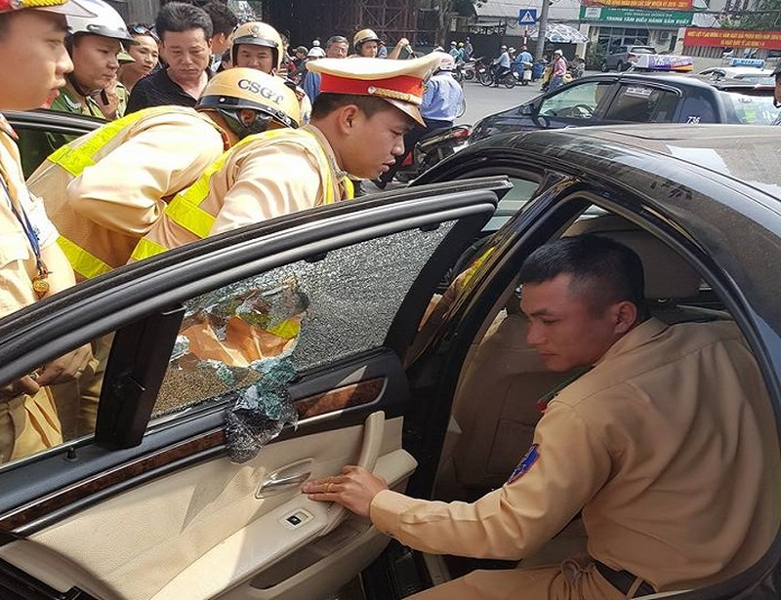 CSGT đập vỡ kính xe BMW, cứu tài xế ngất xỉu bên trong - ảnh 2