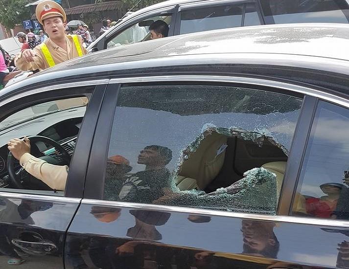 CSGT đập vỡ kính xe BMW, cứu tài xế ngất xỉu bên trong - ảnh 1
