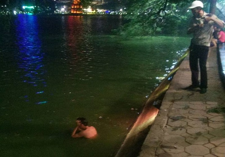 Ba thanh niên thi bơi ở Hồ Gươm và cái kết bất ngờ - ảnh 1