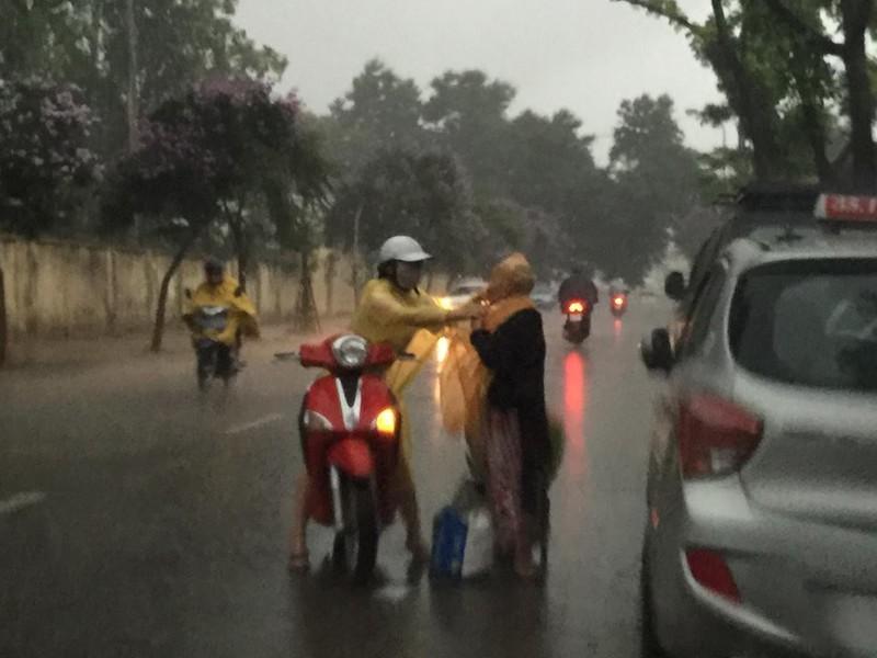 'Phát sốt' với cô gái dừng xe giữa trời mưa lớn mặc áo mưa cho cụ già - ảnh 3