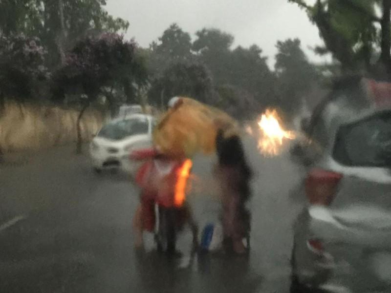'Phát sốt' với cô gái dừng xe giữa trời mưa lớn mặc áo mưa cho cụ già - ảnh 2