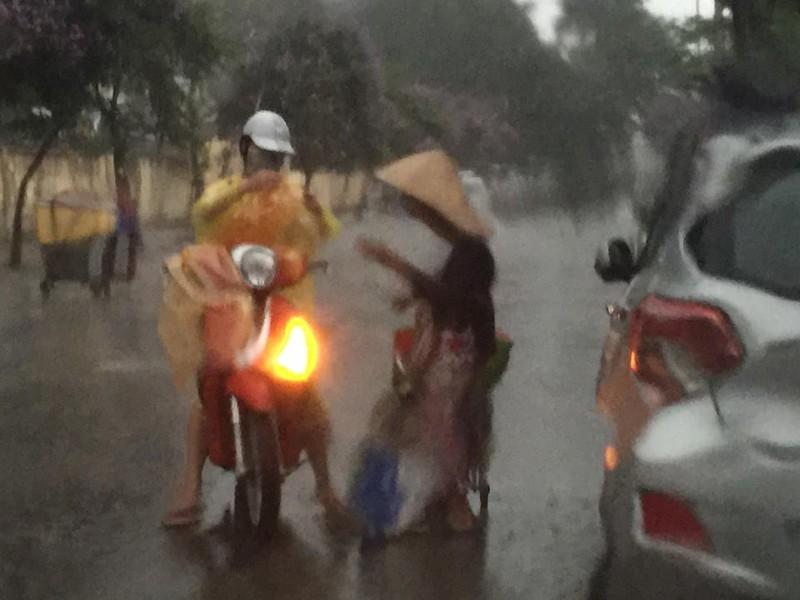 'Phát sốt' với cô gái dừng xe giữa trời mưa lớn mặc áo mưa cho cụ già - ảnh 1