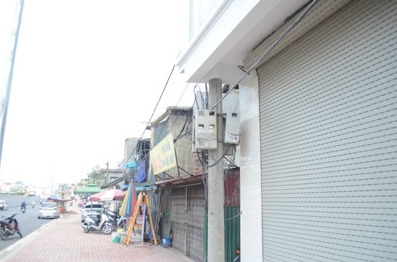 Độc nhất vô nhị ở Hà Nội: Căn nhà 'nuốt' gọn cây cột điện - ảnh 1