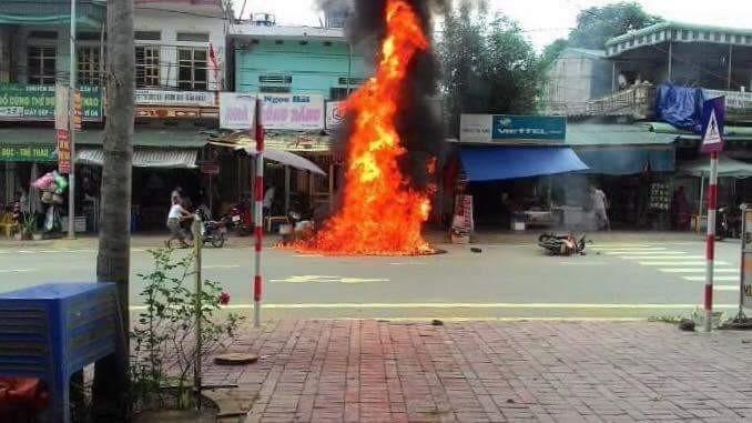 Xe máy bốc cháy ngùn ngụt vì dựng cạnh... hàng cháo - ảnh 1
