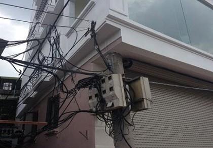 Chủ tịch Nguyễn Đức Chung yêu cầu kiểm tra vụ cột điện bị 'nuốt' - ảnh 1