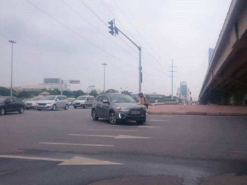 CSGT Hà Nội ra quân xử phạt xe gắn phù hiệu Bộ Công an - ảnh 1