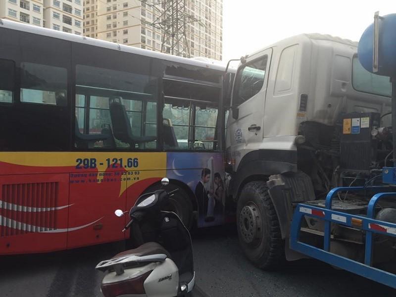 Vụ tai nạn khiến một số hành khách bị thương, chiếc xe buýt hư hỏng nặng phần hông (ảnh: Tuan Anh Pham)