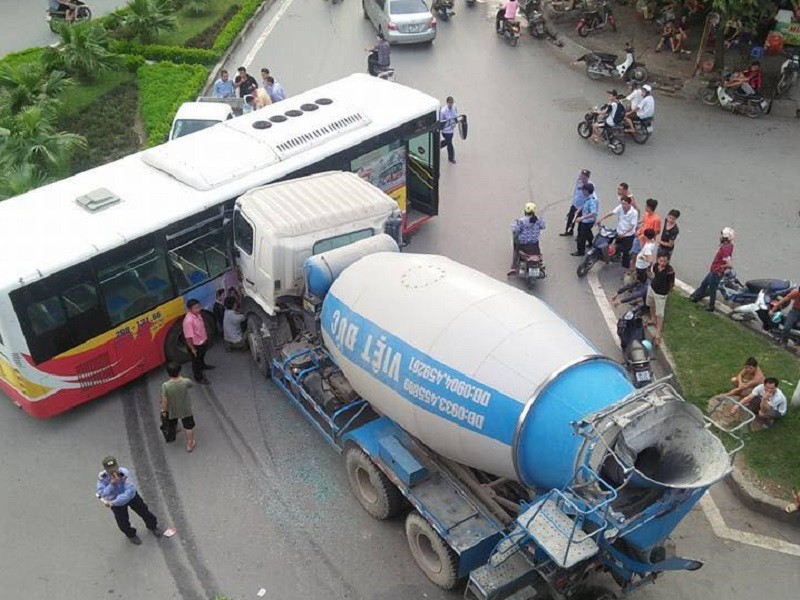 Chiếc xe bồn đâm trực diện vào phần hông xe buýt.