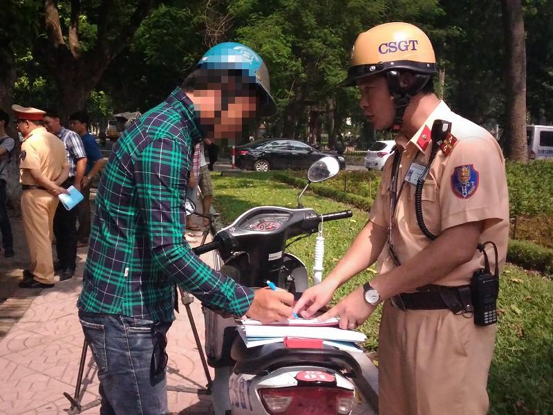 CSGT Hà Nội chính thức xử phạt lỗi vượt đèn vàng theo mức mới - ảnh 1