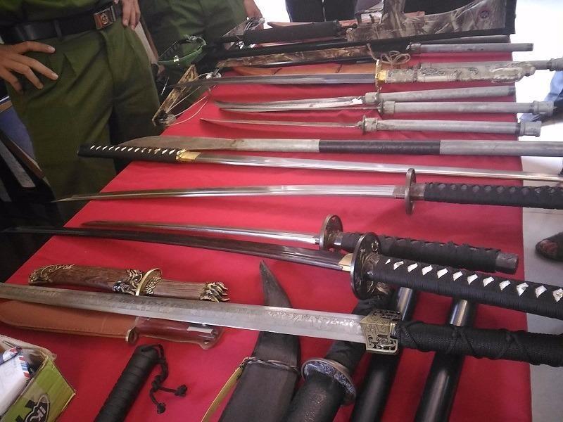 Nhiều hung khí như dao, kiếm, rìu,... vẫn còn nguyên vẹn