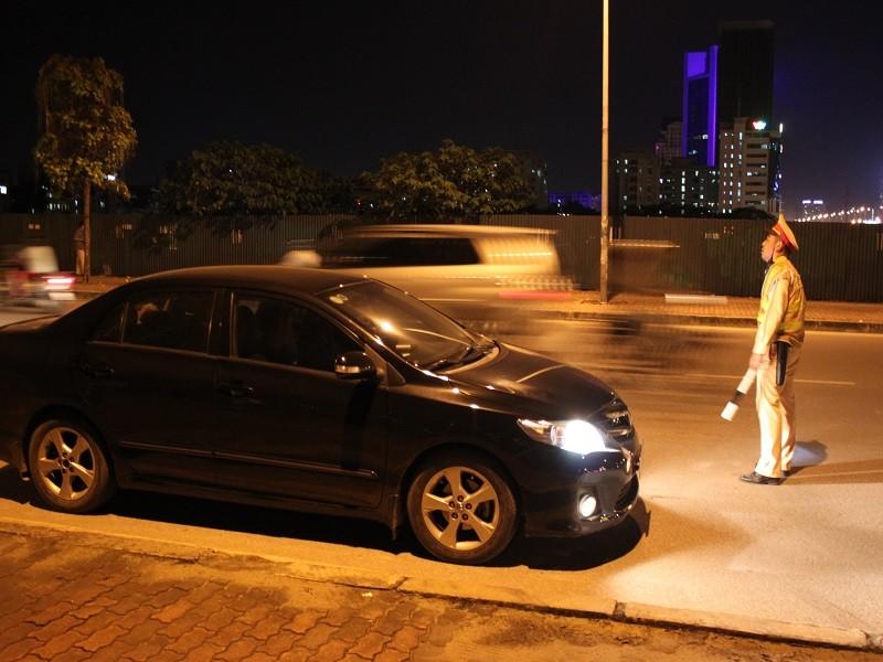 Một tài xế sử dụng bia khi lái xe bị lực lượng CSGT yêu cầu dừng xe, kiểm tra nồng độ