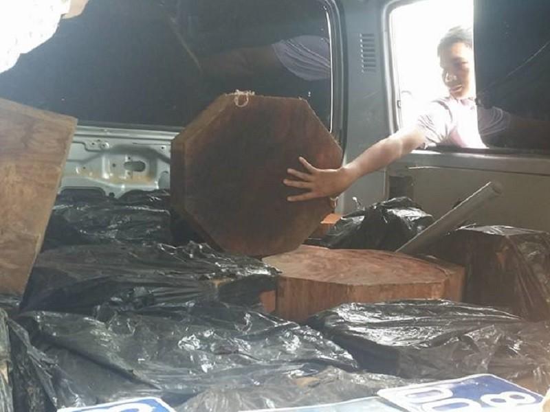 Nhặt được biển xanh, gắn vào ô tô để chở gỗ lậu - ảnh 2