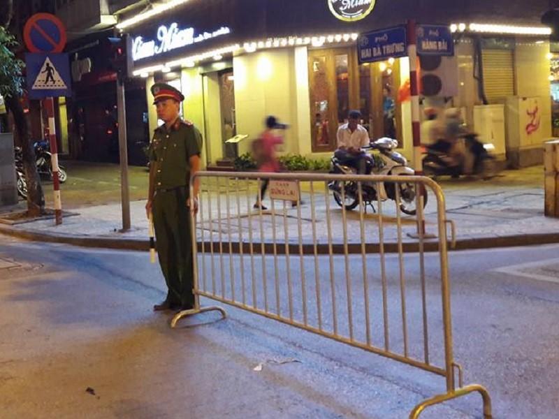 Cận cảnh áo và gậy đèn LED nhập từ Hong Kong của CSGT Hà Nội - ảnh 5