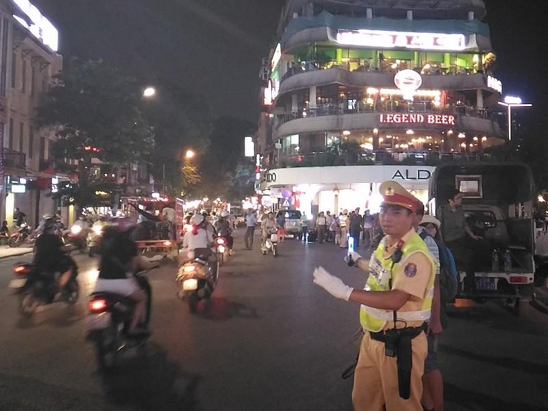 Cận cảnh áo và gậy đèn LED nhập từ Hong Kong của CSGT Hà Nội - ảnh 4