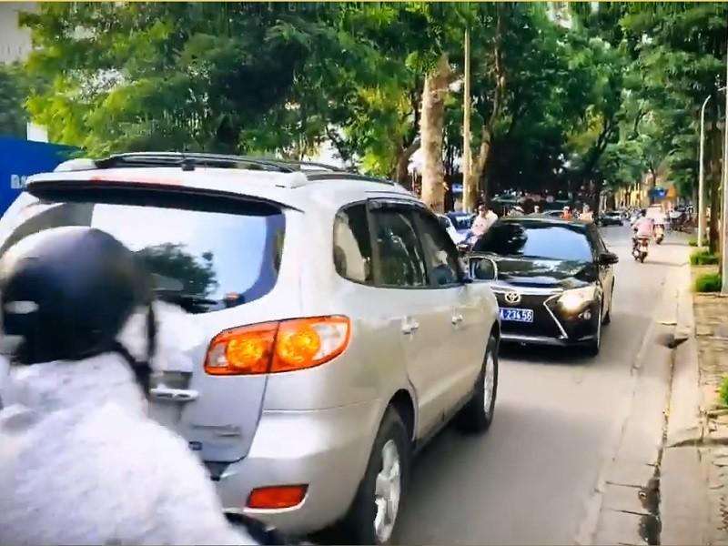 Lấn làn, xe biển xanh bị xe biển trắng buộc phải lùi ngược - ảnh 1