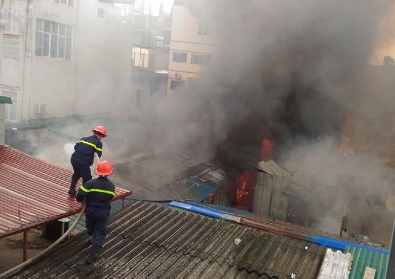 Cháy khủng khiếp tại lán trọ công nhân - ảnh 1