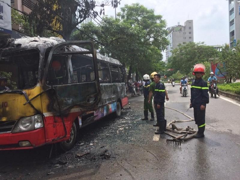Xe buýt đang chạy, bất ngờ nổ rồi bốc cháy ngùn ngụt - ảnh 4