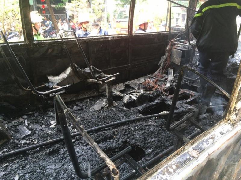 Xe buýt đang chạy, bất ngờ nổ rồi bốc cháy ngùn ngụt - ảnh 5