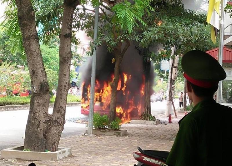 Xe buýt đang chạy, bất ngờ nổ rồi bốc cháy ngùn ngụt - ảnh 1