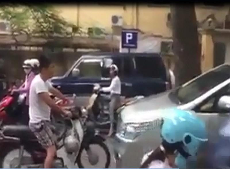 Tài xế xe máy bắt lái xe ô tô xin lỗi vì... đi sai làn - ảnh 1