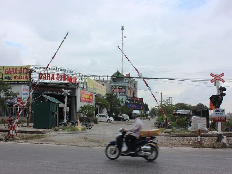 Sau tai nạn 6 người chết, đã có bảo vệ gác barie - ảnh 1